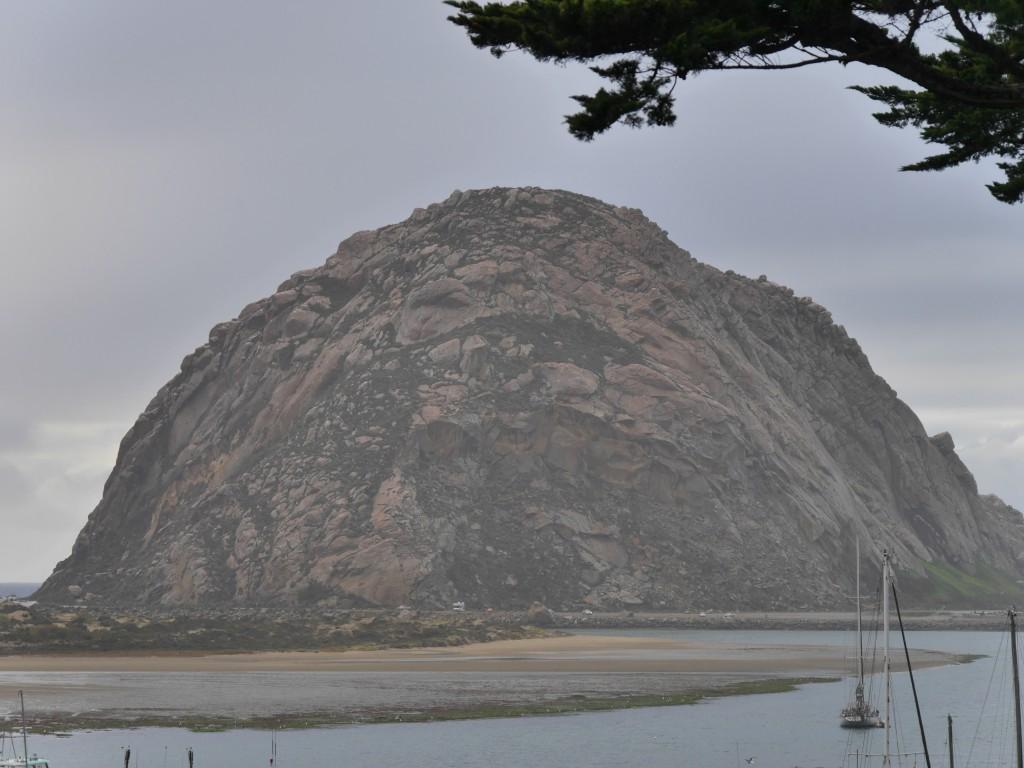 Der Fels aus der Nähe. Ein eihemaliger Vulkankegel, sieht fast so aus, wie der quellkuppige Drachenfels. Nur dass dort das Wetter besser ist.