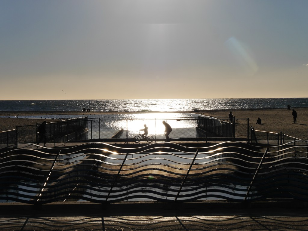 Wellen vor Wellen mit sich wellig fortbewegenden Wellenwesen