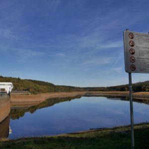 Wesertalsperre, Niedrigwasser, Trockenheit, blauweißer Himmer, Wölkchen