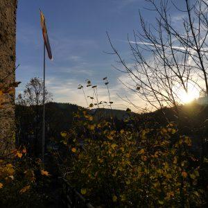 Monschau, Ruine, Fahne, Streifenwölkchen, Sonnenuntergang